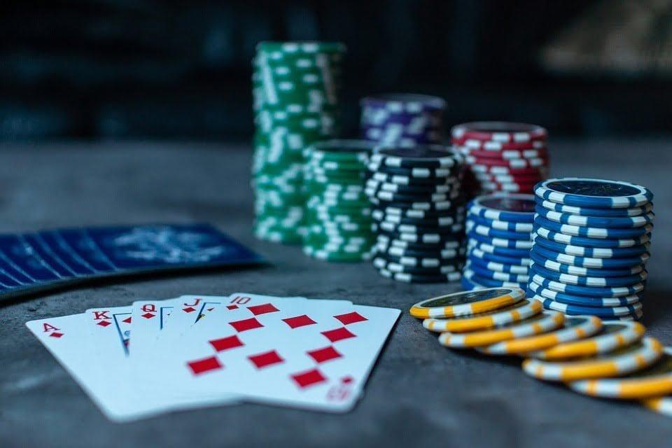 mão de poker e fichas